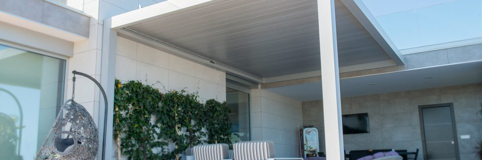 The bioclimatic pergola Seesky BIO adapts to any outdoor space